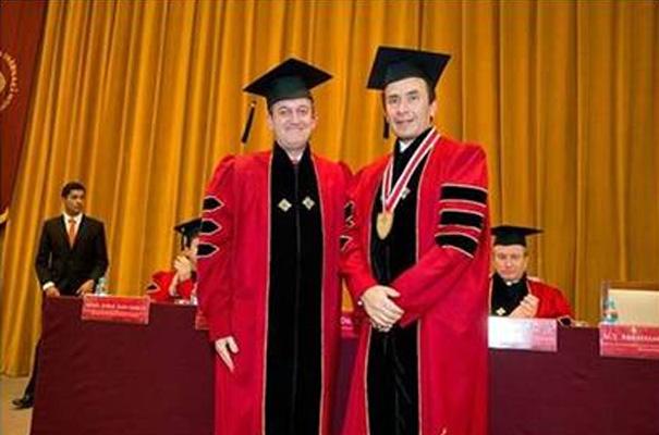 Jorge López y Abraham Cárdenas al final de la ceremonia. Atrás, en el presídium, se puede se encuentra el padre Rodolfo Mayagoitia.