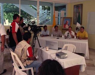 El P. Rafael Ruíz, L.C., presenta a un grupo de periodistas información relacionada con la visita de la reliquia de Juan Pablo II a la Prelatura de Cancún-Chetumal.
