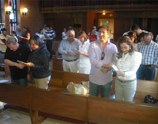 En la misa, las parejas tuvieron un momento para renovar sus promesas matrimoniales.