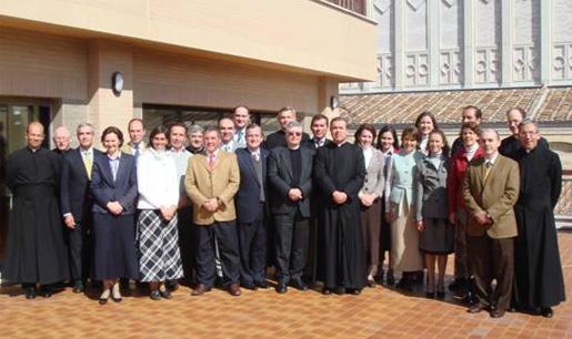 Foto de grupo en un intervalo de las reuniones con los consagrados y consagradas del Regnum Christi. En la imagen aparecen también el P. Gianfranco Ghirlanda, S.I., el P. Álvaro y los consejeros generales.