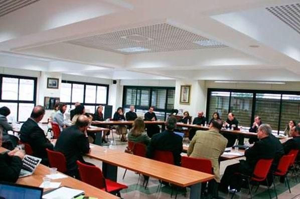 Sesión de reflexión y trabajo conjunto entre los legionarios, consagrados y consagradas presidido por el padre Sylvester Heereman, Gloria Rodríguez y Jorge López.