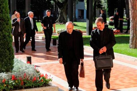 El padre Álvaro acompaña al Card. Velasio al inicio de un día de reuniones