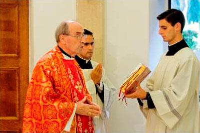 El Card. Velasio De Paolis presidió la misa del día viernes, durante las reuniones.