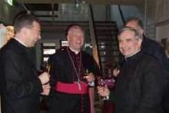Los padres Benoît Devos, Vincent McMahon y Carl Kuss conversan con Mons. Hurkmans en la recepción que se ofreció después de la inauguración.