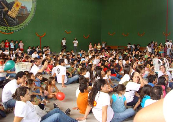 Soñar Despierto en Costa Rica organizó una fiesta de preparación para la Navidad a niños de la parroquia de Pozos, de Santa Ana.