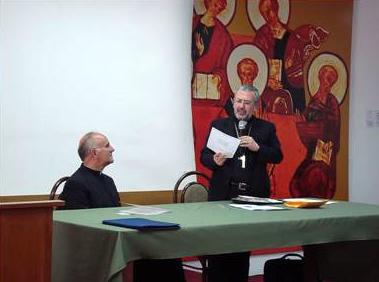 Mons. Javier del Río Alba, arzobispo de Arequipa, presenta al P. Antonio Rivero, L.C., al inicio del curso para sacerdotes.