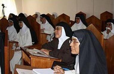 Las religiosas escuchan una de las pláticas del curso.