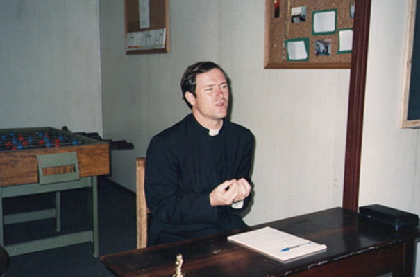 Padre Stephen durante una predicación en Porta Grossa, Brasil.