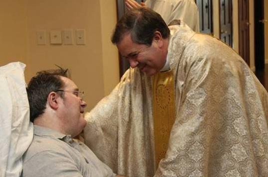 El padre Álvaro Corcuera, L.C. visita al padre Stephen en su habitación, después de la concelebración eucarística de Navidad en Cheshire, en diciembre del 2011.