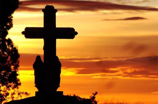 silueta de cruz en un cementerio