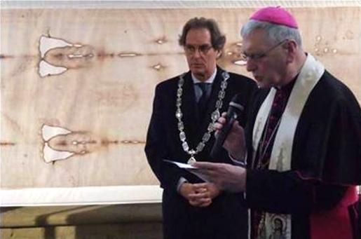 Mons. Hurkmans lee el rito de bendición. A su lado se encuentre el alcalde de la ciudad.