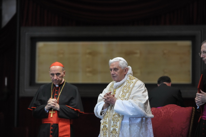 Papa Benedetto XVI davanti alla S. Sindone, 2011