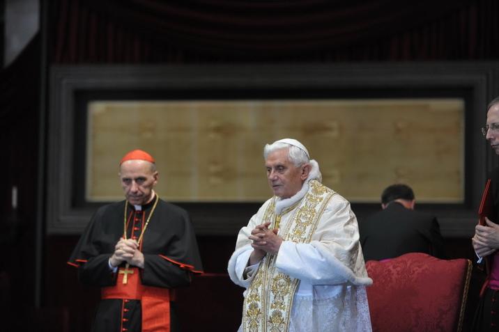 Papa Benedetto XVI davanti alla S. Sindone, 2011