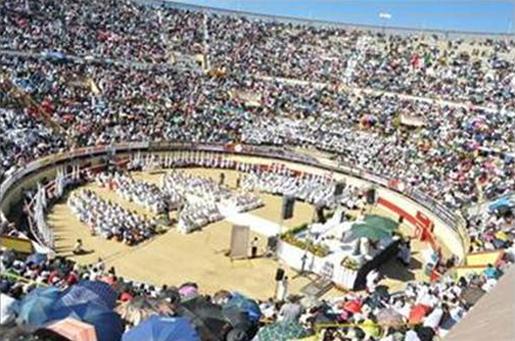 Vista general de la celebración eucarística presidida por Mons. Piero Marini en la Plaza Monumental de Tijuana.