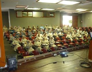 Vista del auditorio de las hermanas salesianas durante una de las conferencias.