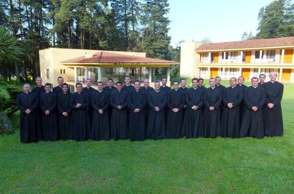 Foto del grupo de sacerdotes que hicieron el bimestre de renovación.