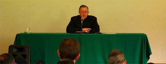 El P. Eduardo Robles-Gil, instructor de la renovación para sacerdotes, durante una de las pláticas sobre la vida religiosa en la Legión de Cristo.