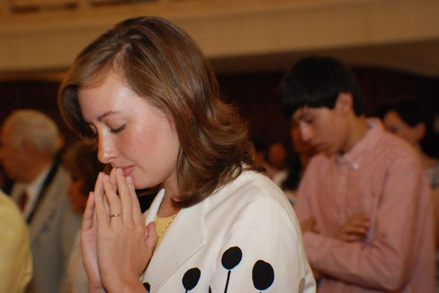 Consagrada rezando.