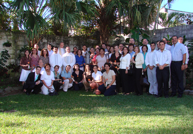 La primera comunidad de legionarios de Cristo acompa&#241;ados por algunos miembros del Movimiento <i>Regnum Christi</i> de El Salvador.