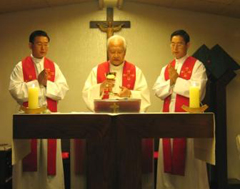 En la capilla del arzobispado, concelebran con el Card. Nicholas Cheong-Jin-Suk los PP. Math&iacute;as y Alexander Kim, LL.CC.