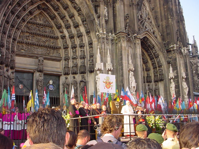 El Papa Benedicto XVI se dirige a los jóvenes afuera de la catedral de Colonia, durante la Jornada Mundial de la Juventud 2005.
