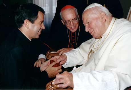 El P. Álvaro Corcuera saluda al Santo Padre Juan Pablo II, junto al Card. Giovanni Battista Re, Prefecto de la Congregación para los Obispos