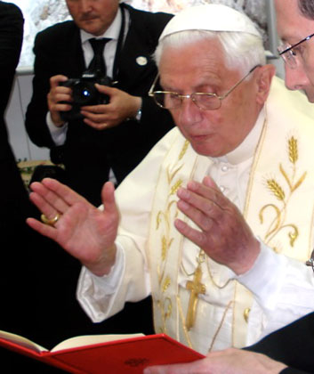 Benedicto XVI bendiciendo