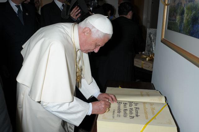 El Papa firma el libro de oro