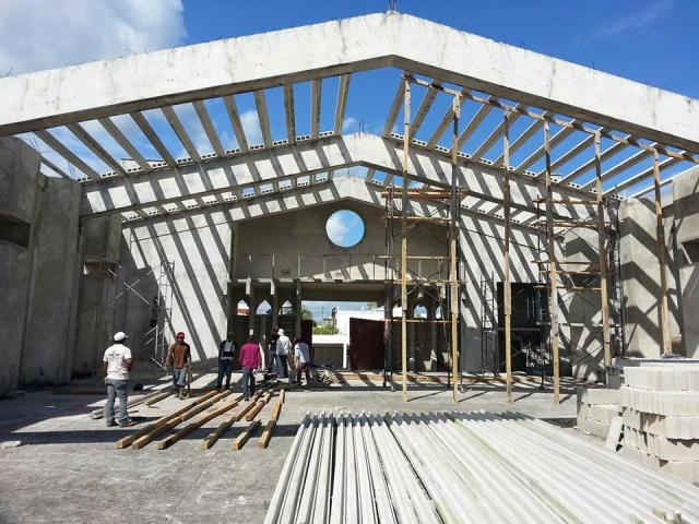 Putting on the roof in Mexico parish