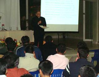 El P. Javier García, L.C., en el seminario interdiocesano de Xalapa �Rafael Guízar y Valencia�, durante su exposición a los seminaristas de Xalapa, Córdoba y Orizaba.