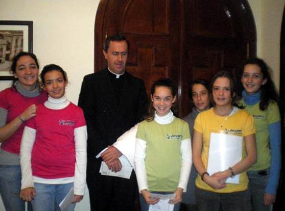 El P. Jesús María Delgado, L.C., director territorial de España, con chicas del Club Ancora.