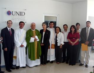 Mons. Rafael Romo con el diácono Pedro Castañera, L.C., y con personal del sistema UNID. También está presente el P. Carlos Castillo, secretario particular del Sr. Arzobispo.