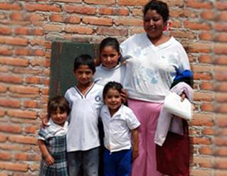 Blanquita con sus hermanos y su mamá.