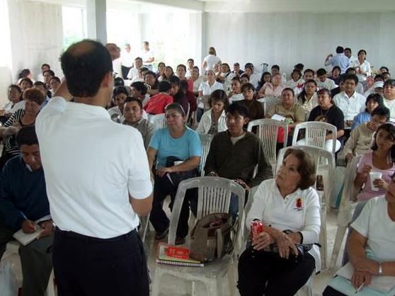 Alejandro Pinelo, miembro consagrado del Regnum Christi y director de pastoral de la Prelatura de Cancún-Chetumal, dirige una plática durante el encuentro.