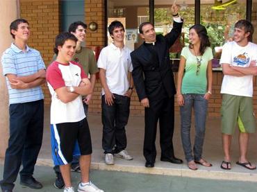 Alumnos del Colegio Cumbres de Santiago que obtuvieron los más altos puntajes en la PSU con el P. Alfredo Márquez, L.C.