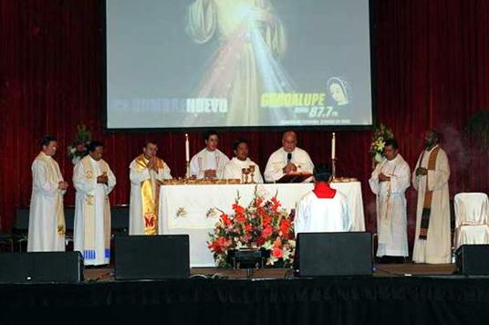 La misa presidida por el P. Fernando Suárez y concelebrada con otros sacerdotes participantes en el congreso.