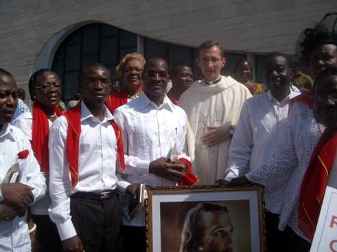 El P. Julen Durodie, L.C., con algunos miembros del Movimiento Regnum Christi de Costa de Marfil.