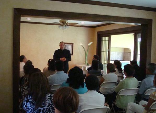 El P. Eloy Bedia, L.C., durante la bendición del nuevo �Centro Misión� en Costa Rica.