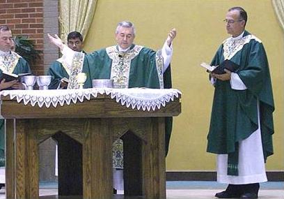 Mons. Ronald Gainer, obispo de Lexington, preside la misa de clausura del congreso. Concelebran los padres Emilio Díaz-Torre, L.C. (derecha),  y Walter Schu, L.C. (último a la izquierda).