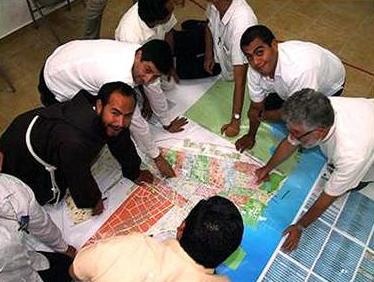Algunos sacerdotes del decanato de la prelatura, delimitan los territorios parroquiales en el mapa oficial.