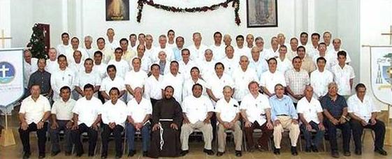 Participantes de la semana de formación permanente. Mons. Pedro Pablo Elizondo, L.C., obispo de la prelatura, se encuentra en el centro, en la última fila.