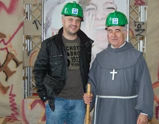 """Javi Nieves junto con el Hno. Isidoro Macías, conocido como """"Padre Patera""""."""