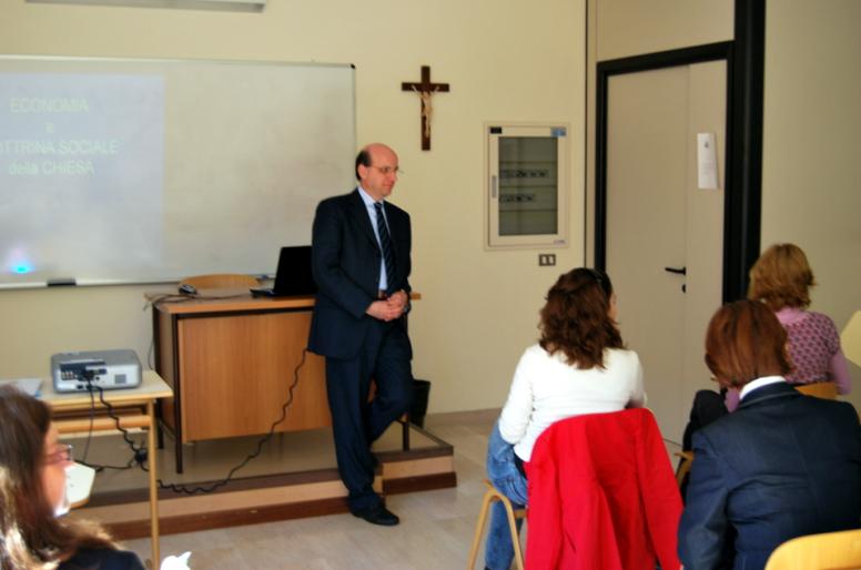 Il Prof. Tommaso Cozzi, docente di Economia e Gestione delle Imprese all�Università di Bari, ha parlato delle nuove opportunità di management per le donne.
