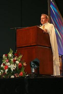 El P. Mariano De Blas, L.C. durante la homilía de la misa de clausura.