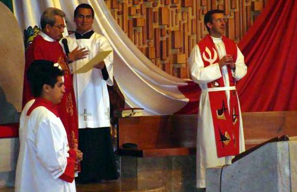 El P. Luis Acosta, vicario para la vida religiosa en Xalapa, presidió la misa de clausura. Concelebró con él el P. Miguel Romeo, L.C. El maestro de ceremonias fue César, evangelizador de tiempo completo, y los acólitos fueron Caballeros del Altar.