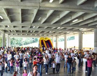 Las familias del Colegio Cumbres de Medellín durante la clase de baile.