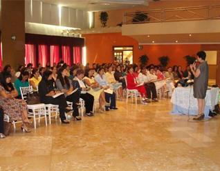 La Sra. Pilar Du Solier, miembro del Regnum Christi, imparte una conferencia ante un auditorio de 150 mujeres.