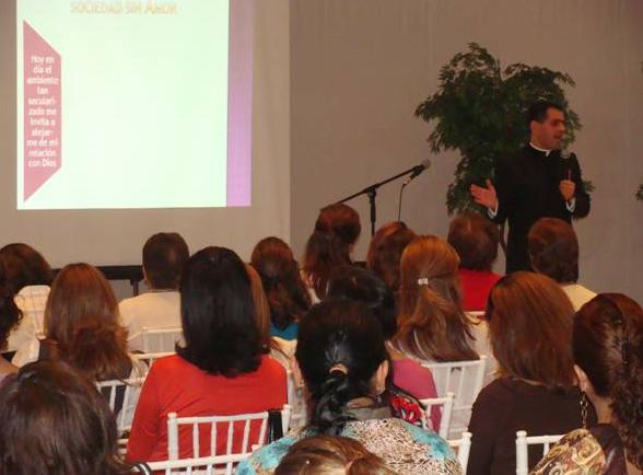 El P. Alejandro Arias, L.C., durante su conferencia en el curso �Despierta, mujer dormida�.