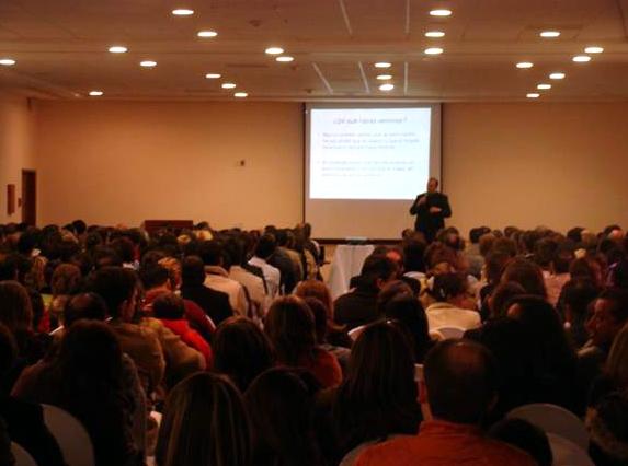 500 personas, sobre todo matrimonios jóvenes, se dieron cita en Xalapa para escuchar la plática del P. Cipriano Sánchez, L.C.