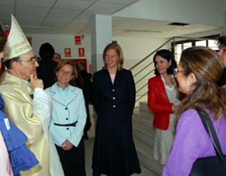 Mons. D. Fidel Herráez, obispo auxiliar de Madrid, con las señoritas consagradas del Regnum Christi y profesoras del Colegio Highlands El Encinar.